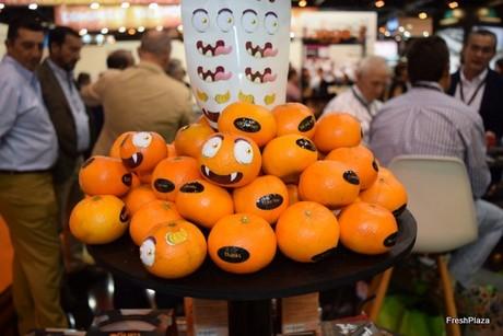 Cajitas de cartón decoradas con mandarinas transformadas en  terroríficas   calabazas ce674ae216c